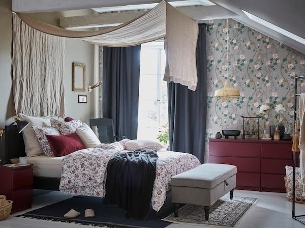 IKEA MALM sötétvörös fiókos szekrény és merszé hatás a hálószobában. 2-3 szinttel és lágy záródással tökéletesek a ruhatárolásra.