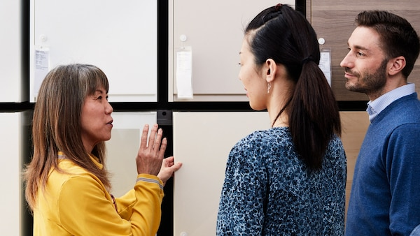 IKEA medarbejder, der rådgiver et par