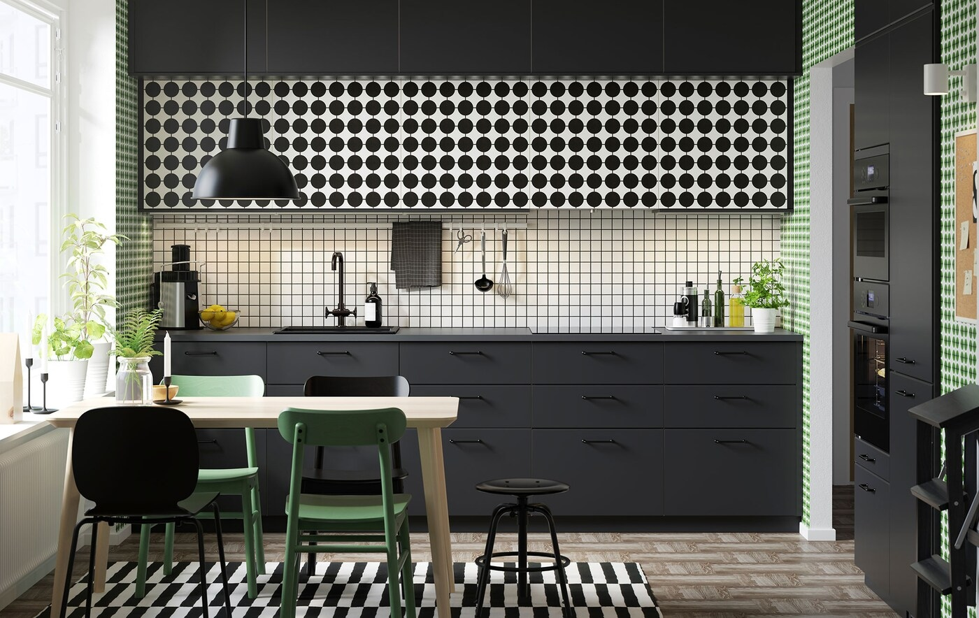 IKEA METOD kitchen, customised with YTTERBYN door fronts, and a kitchen table with chairs.