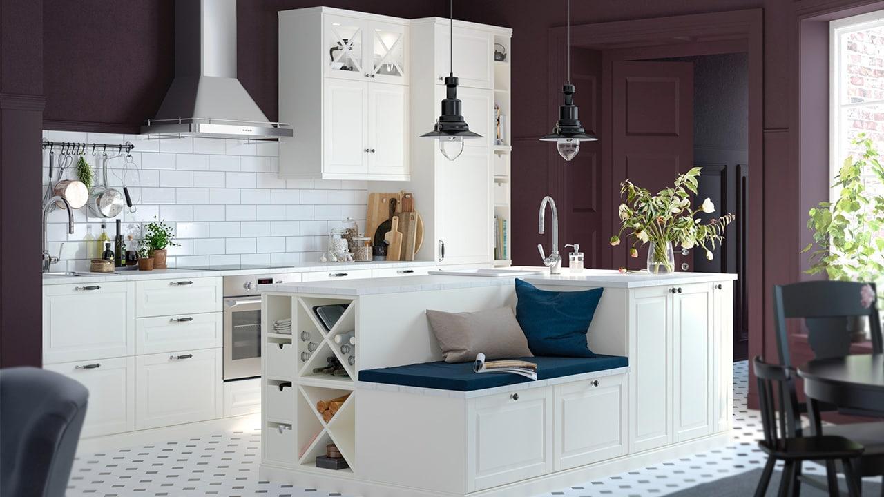 IKEA METOD Küche mit weißen Fronten im tradionellen Landhausstil und vielen liebevollen Details. Ein kuschelige Wohnküche für die ganze Familie.