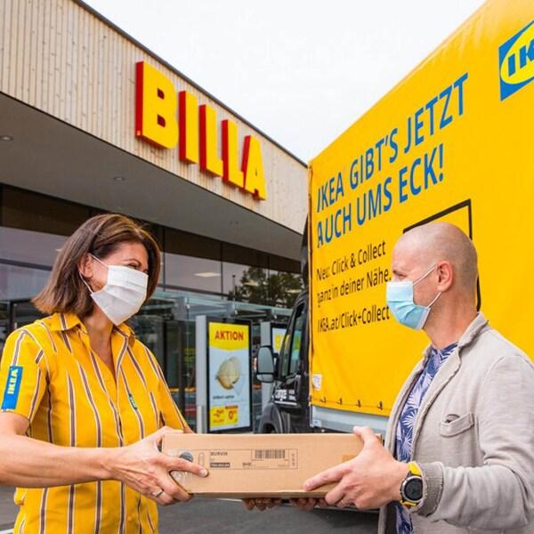 IKEA Mitarbeiterin übergibt ein Paket an einen Kunden auf einem BILLA Parkplatz