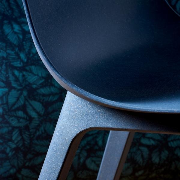 IKEA ODGER Stuhl ist angenehm glatt und eine umweltfreundliche Wahl. Die abgerundete Rückenlehne und die schalenförmige Sitzfläche sorgen dafür, dass man äußerst bequem darauf sitzt.