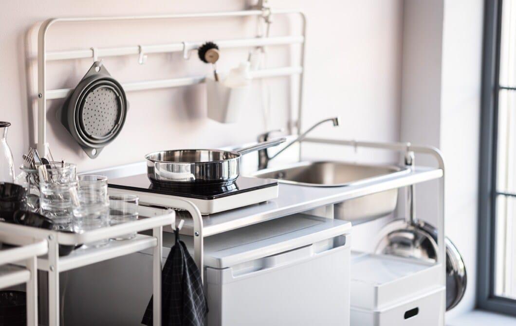 ИКЕА предлагает широкий выбор доступной кухонной мебели. Белая мини-кухня СУННЕРСТА — отличное компактное решение для организации функционального кухонного пространства. Она просторная и вместительная, и ее легко установить и разобрать самостоятельно.
