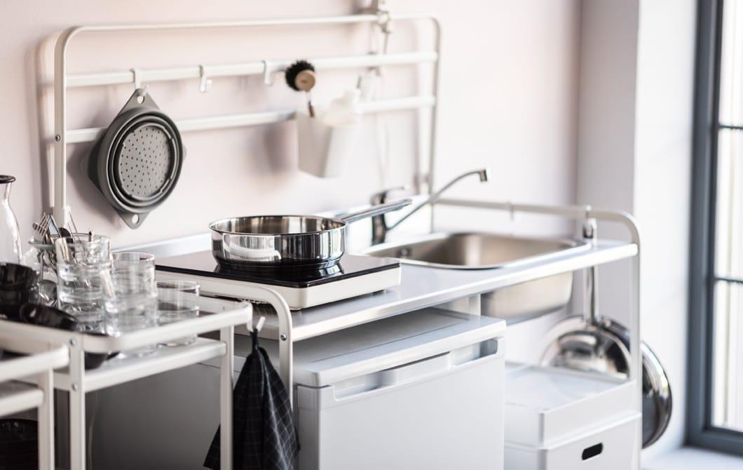 IKEA propose un large assortiment de meubles de cuisine abordables. La mini-cuisine SUNNERSTA en blanc est un ensemble compact qui fera très bien l'affaire si tu cherches une cuisine 100% fonctionnelle. Elle est légère, spacieuse et facile à monter et démonter soi-même.