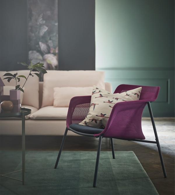 IKEA PS 2017 sillón ligero y moderno con tejido de malla rosa y asiento azul.
