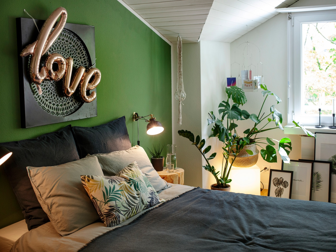 IKEA RANARP Lampen machen das Schlafzimmer gemütlich.