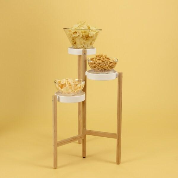 IKEA SATSUMAS Blumenständer als Buffet-Tisch mit Popcorn und Chips in Schüsseln darauf.