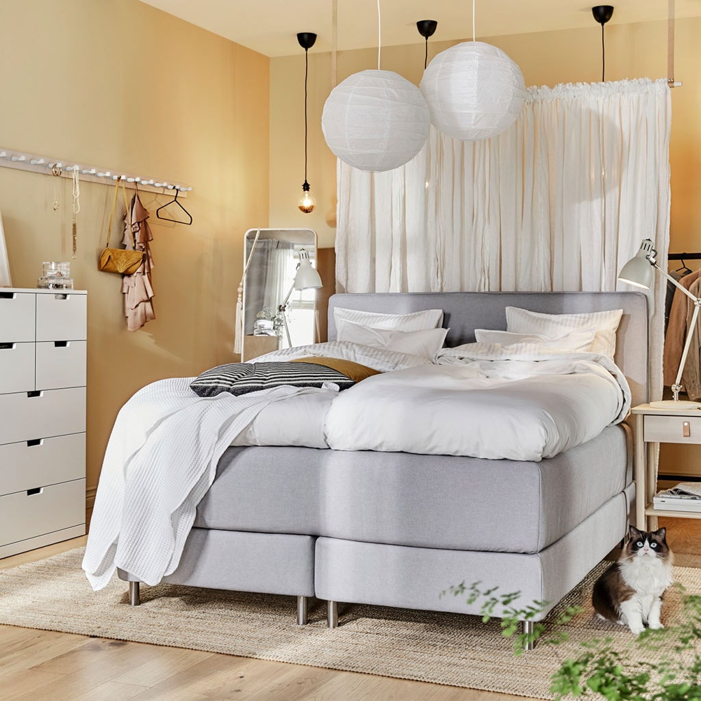 IKEA Schlafzimmer mit toller Deckenbeleuchtung, DUNVIK Boxspringbett und NORDLI Kommode