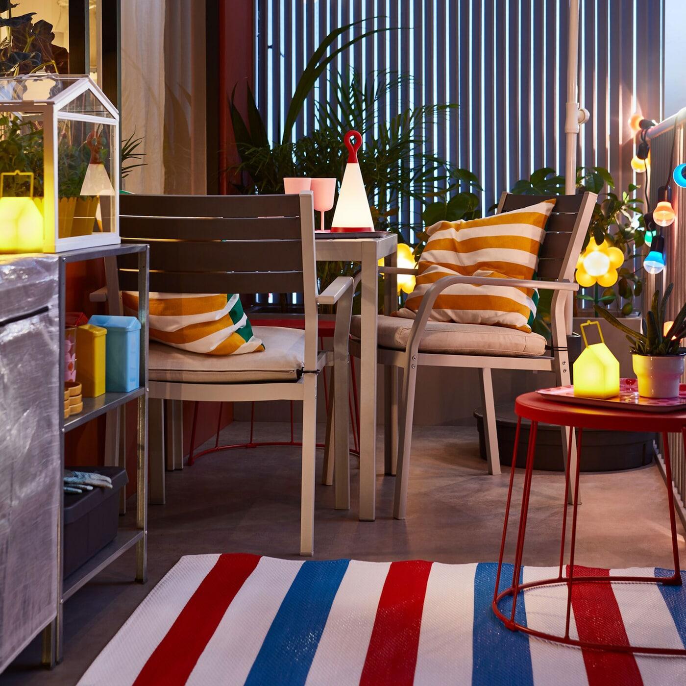 IKEA SJÄLLAND Tisch und 2 Armlehnstühle/aussen dunkelgrau/Frösön/Duvholmen beige ist eine vielseitige Lösung, die du für deinen Urlaub daheim und für Balkonpartys nach Geschmack dekorieren kannst.