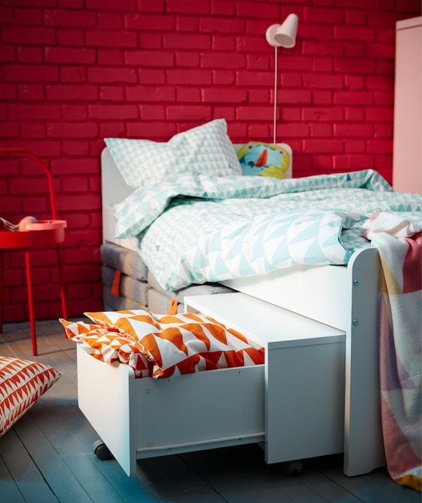 IKEA SLÄKT Kasten auf Rollen ist eine tolle Lösung für kleine Kinderzimmer. Im Kasten finden zusätzliche Kissen und Bettwäsche Platz, er lässt sich unter dem Bett verstauen und bei Bedarf hervorziehen. SLÄKT Matratzen passen übrigens ebenfalls darunter.