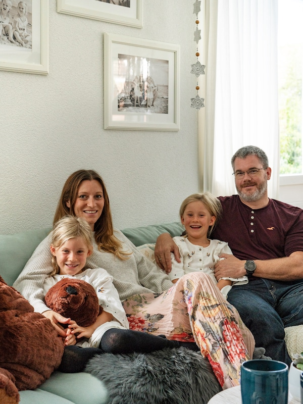 IKEA Sofa läd zu einem gemütlichen Familienleben Zuhause ein.