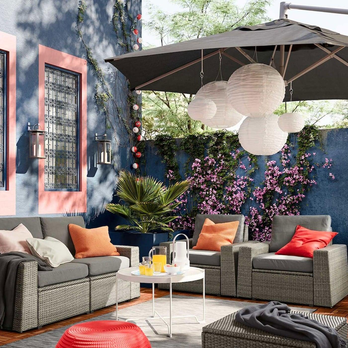 IKEA SOLLERÖN 2er-Sofa/aussen dunkelgrau/Frösön/Duvholmen dunkelgrau hat graue Bezüge, die sich abnehmen und waschen lassen. Kombiniere einfach so viele Elemente, wie du sie für deinen Aussenbereich benötigst.