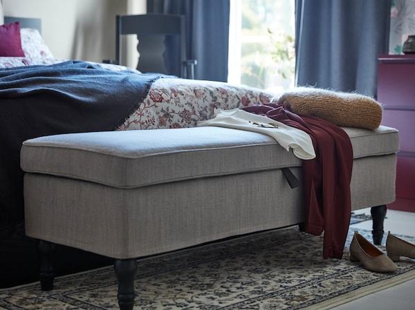 IKEA STOCKSUND világosszürke hálószobai pad, mély tárolórekesszel a ruháknak.
