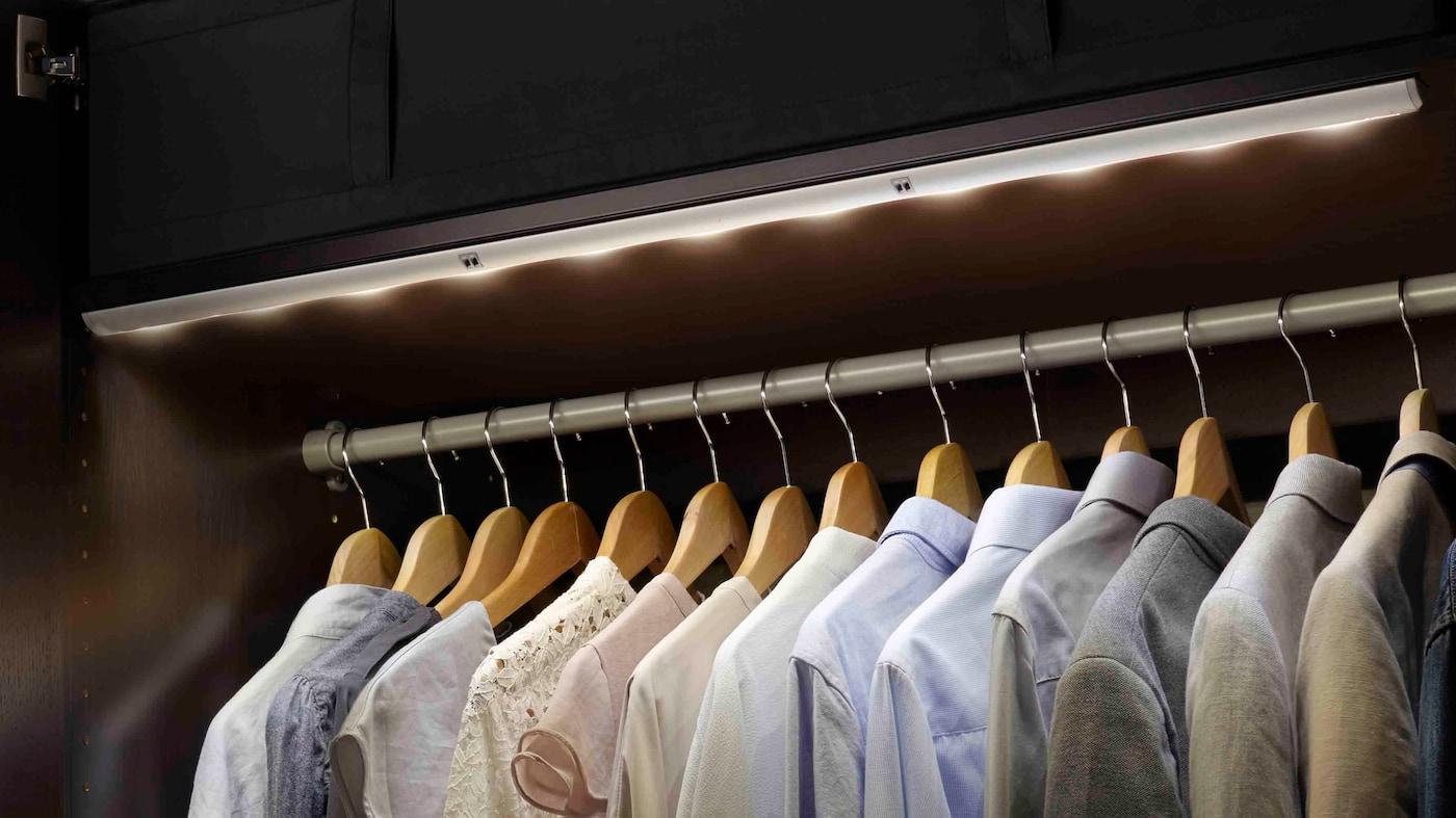 IKEA URSHULT LED skåpbelysning lyser upp  PAX garderob.