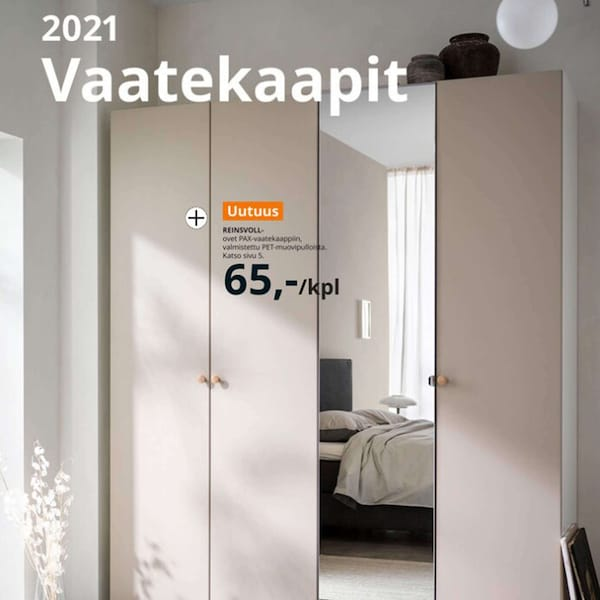 IKEA vaatekaappikuvasto 2021. Vaalea vaatekaappi, jossa on neljä ovea, yksi ovista on peiliovi.