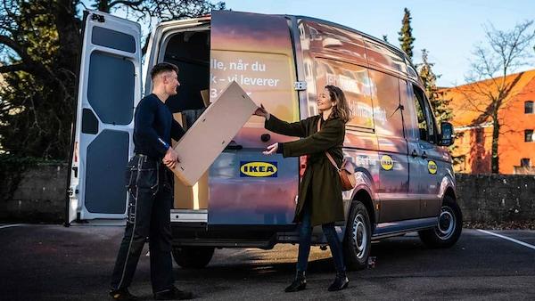 IKEA varevogn og en mand, der leverer en pakke