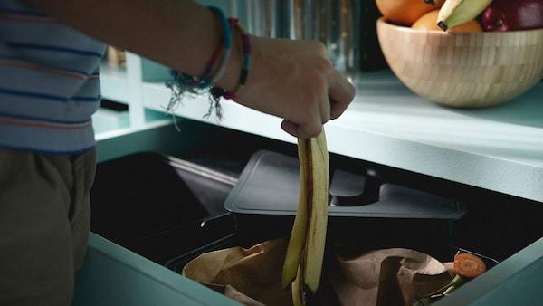 IKEA VARIERA szelektív hulladékgyűjtő egy konyhai fiókban.