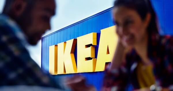 IKEA została założona w szwedzkim miasteczku Älmhult, ale dziś jest globalną firmą. Logo IKEA jest żółto-niebieskie, tak jak flaga Szwecji.