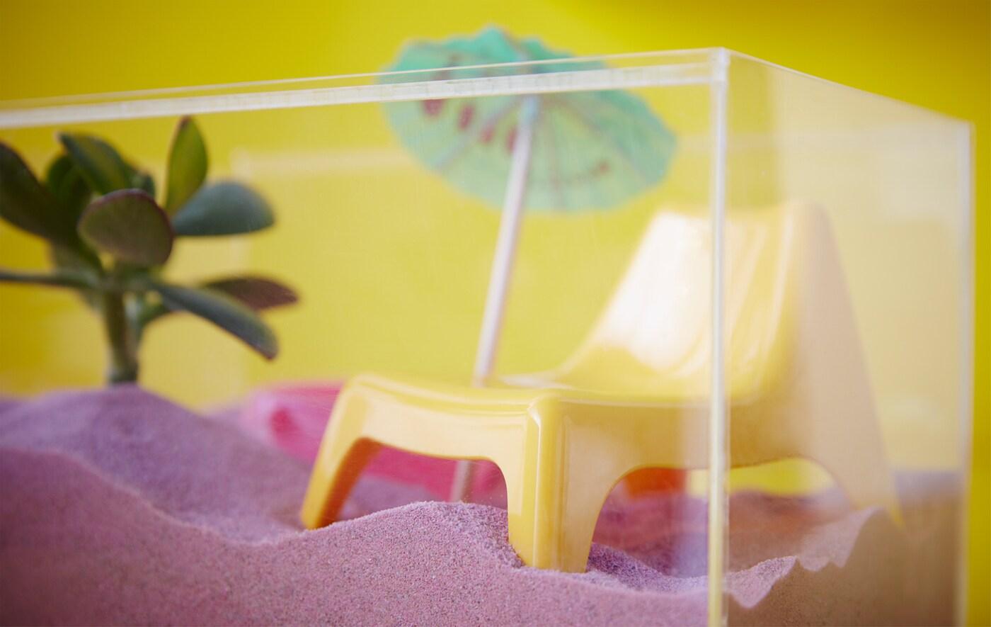 イケアのBJÖRNARP/ビョーナルプなどのアクリル製ディスプレイボックスを使って、ミニサイズのビーチボックスをつくってみてはいかが?箱の中に砂(ピンクの砂でもOK!)を敷き詰め、人形用の安楽椅子や鉢植え、ドリンクアンブレラ(飲み物に飾るミニサイズの傘)を飾ってもよいですね。