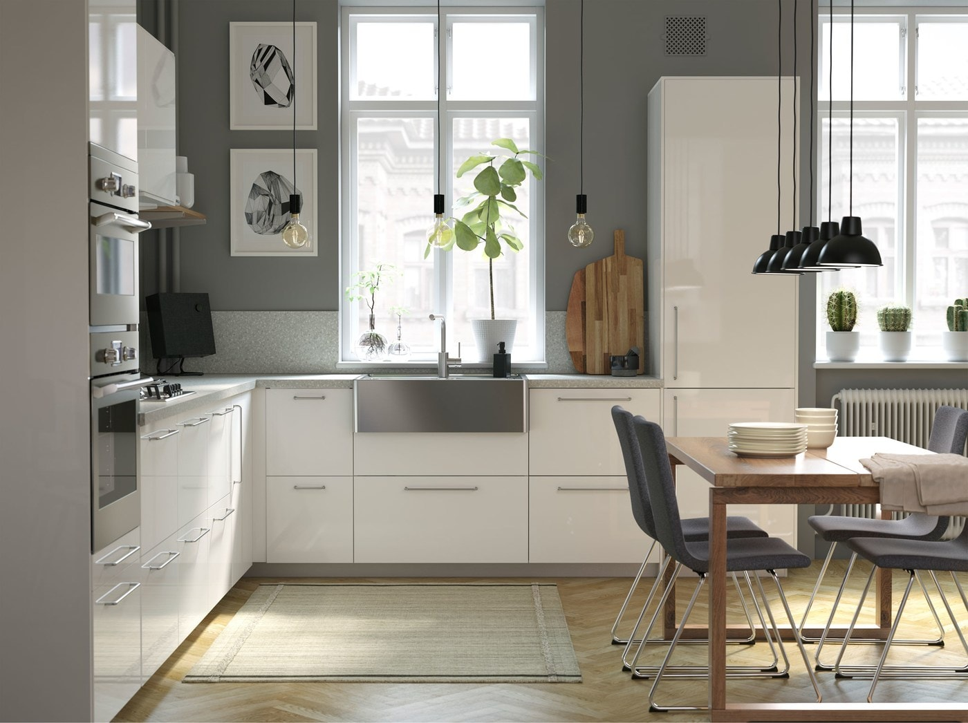 イケアのキッチンシリーズは、BREDSJÖN/ブレードショーン 流線型のステンレススチール製シンクボウルとTÄMNAREN/テムナレン 動作センサー付きの節水キッチン水栓(オプション)を取りそろえています。