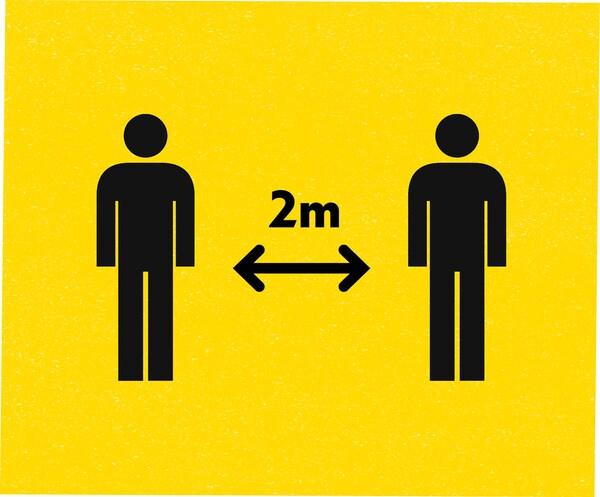 Ikony dvou lidí a šipka mezi nimi ukazující 2m vzdálenost na žlutém pozadí.