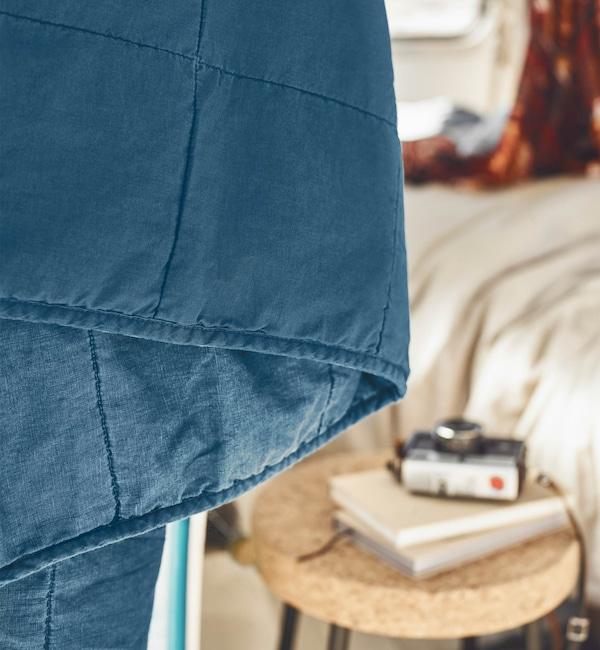 Il copriletto GULVED ha un lato in cotone e uno in lino, entrambi materiali di qualità ricavati in modo responsabile - IKEA