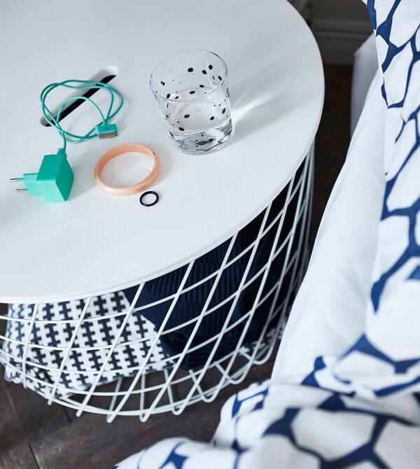 Il tavolino contenitore KVISTBRO bianco, moderno e compatto, è perfetto per i piccoli ambienti e può essere usato per contenere biancheria, cuscini e tutto l'essenziale per gli ospiti che si fermano a dormire - IKEA