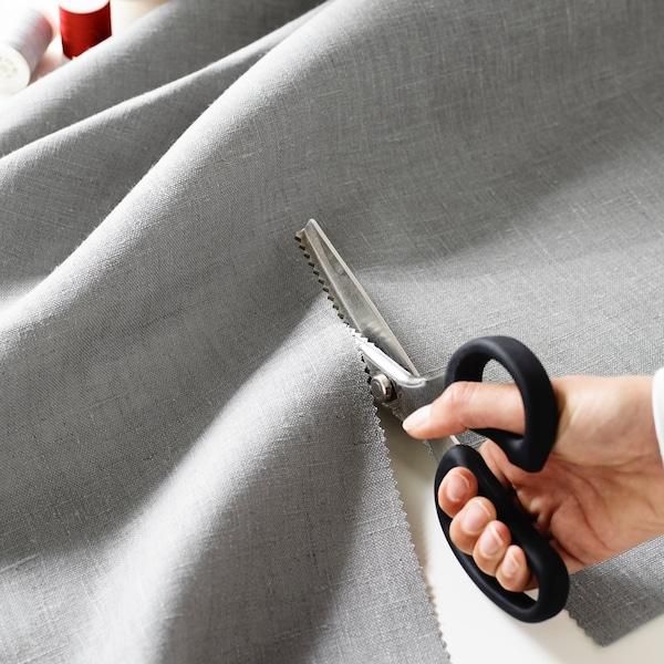 Illustrerer å kutte med saks i tekstil.