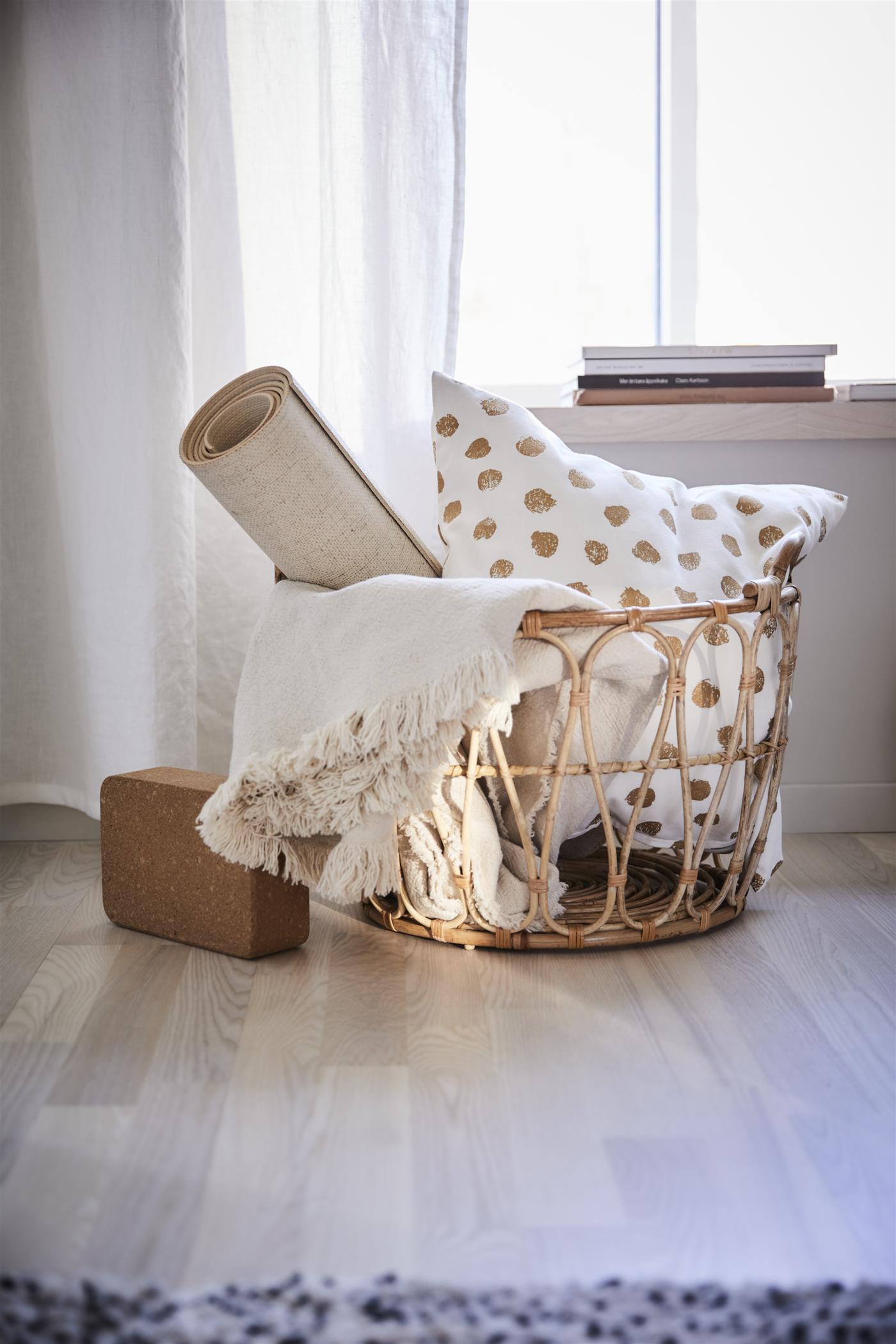 Im SNIDAD Rattankorb lassen sich Decken, Pölster und mehr in Szene setzen