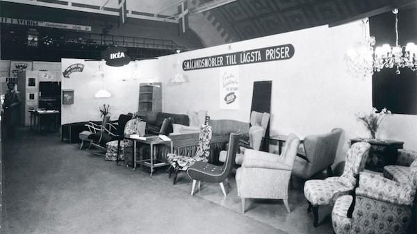 Image en noir et blanc du premier showroom IKEA à ÄLMHULT, montrant une série de fauteuils