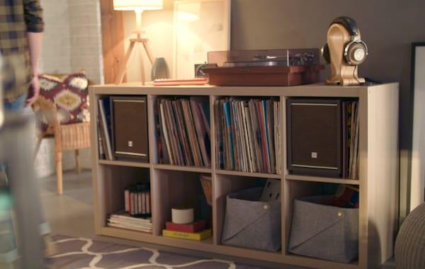 Imagem de uma estante KALLAX com discos de vinil