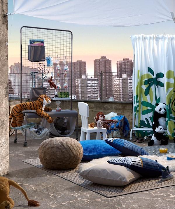 Импровизированный детский театр на крыше. Ковры и декоративные подушки для сидения; мягкие игрушки, сцена и стойка для снеков ВЕБЕРЁД.