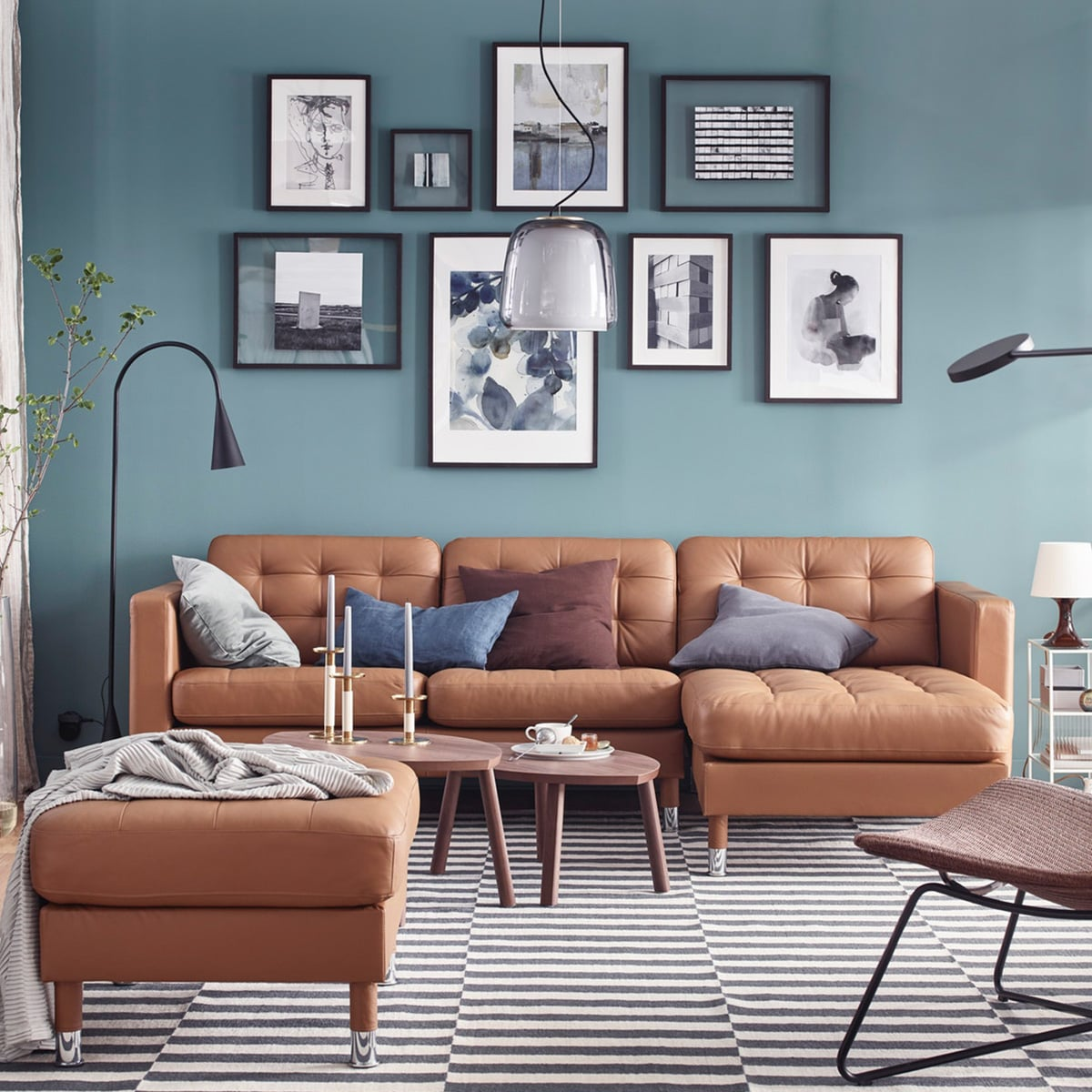 In diesem Wohnzimmer machen wir Luxus erschwinglich mit IKEA LANDSKRONA 3er-Sofa mit Récamiere/Grann/Bomstad goldbraun/Metall mit glatten, abnehmbaren Armlehnen und STOCKHOLM Satztische 2 St. Nussbaumfurnier.