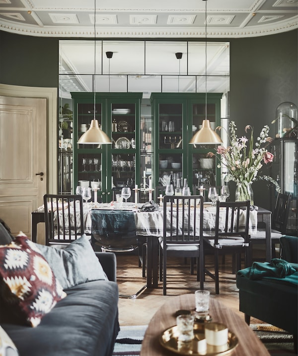 In Vitrinen oder Regalen mit Glastüren sind deine Sammlungen bestens geschützt und lassen sich gleichzeitig schön präsentieren, wie z. B. hier in den Bücherregalen mit Glastüren in dunklem Olivgrün.