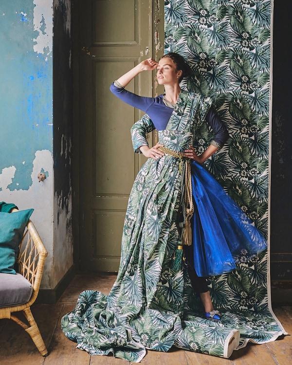 قماش TORGERD من ايكيا باللونين الأبيض والأخضر بنقش نخيل وزهور. قم بتفصيل كل ما تحلم به من قماشه القطني الناعم بعرض 150 سم.