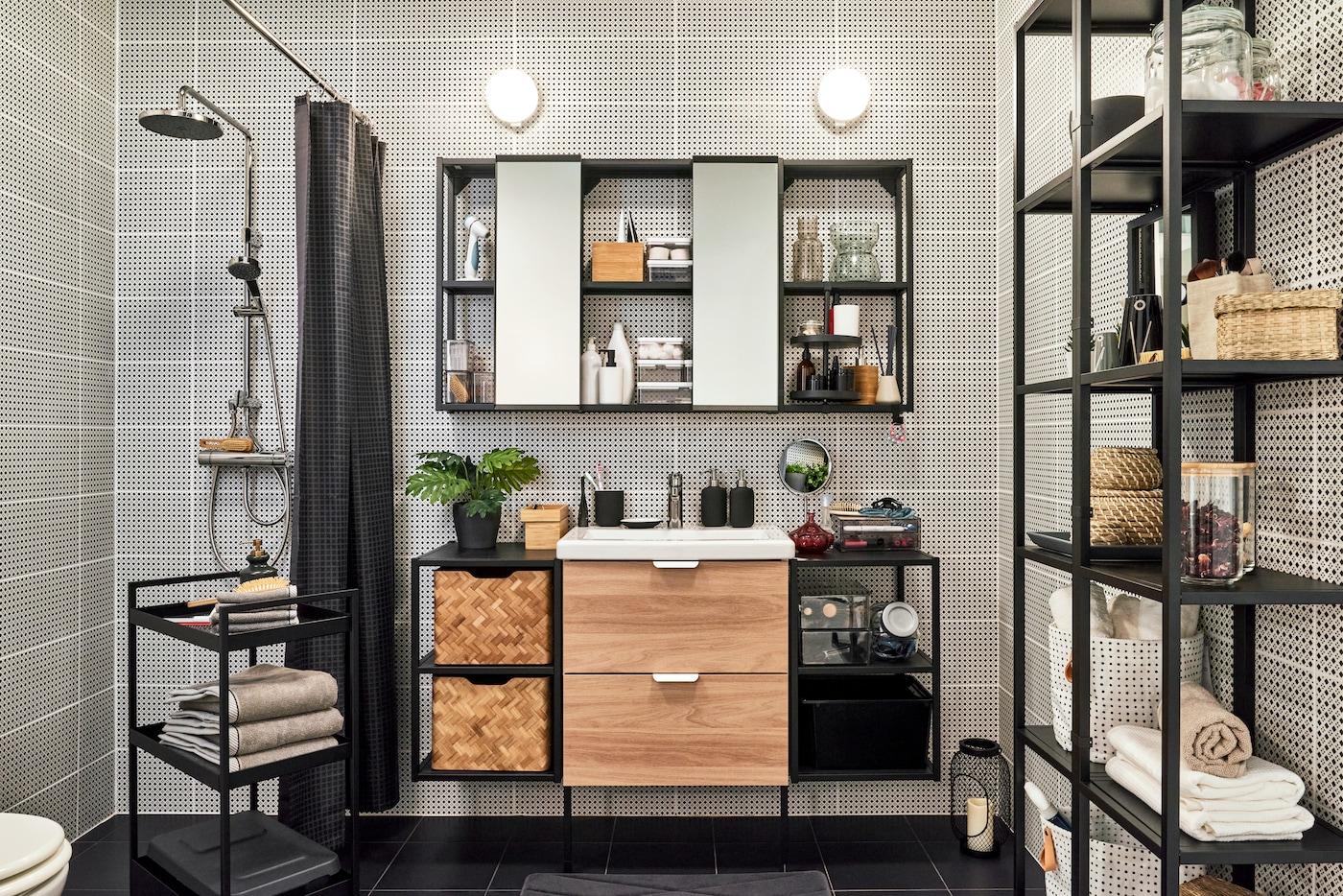 Industrialna łazienka z otwartymi szafkami