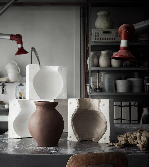 INDUSTRIELL Vase aus Terrakotta und Gussformen in einer Werkstatt