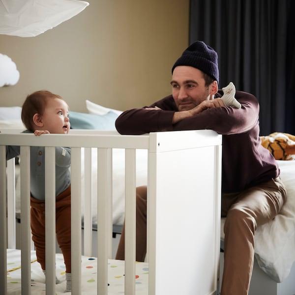 Informações sobre brincadeiras e brinquedos e como os bebés se desenvolvem.
