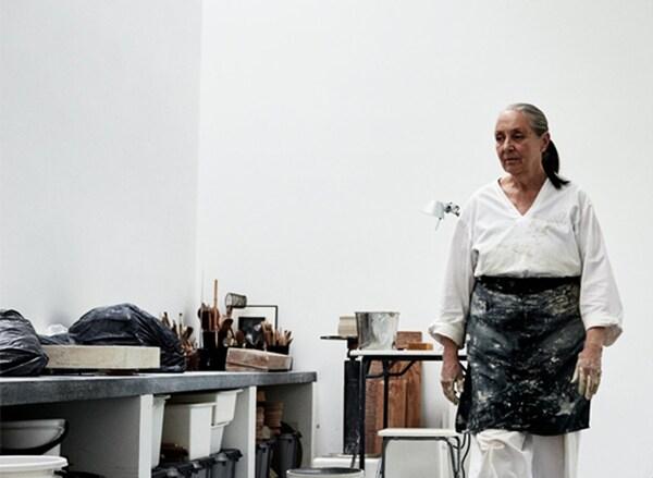 Ingegerd Råman en tablier de travail dans son atelier.
