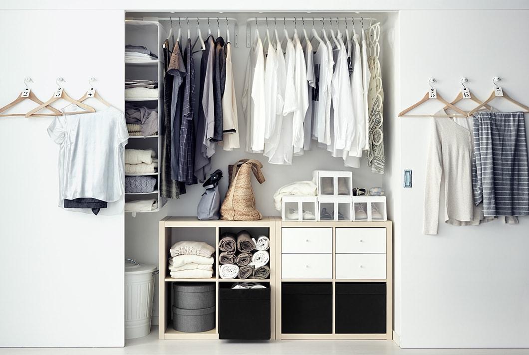 Innenraum eines Wandschranks mit KALLAX Regalen in Birkenfurnier und IKEA Schrankeinrichtung