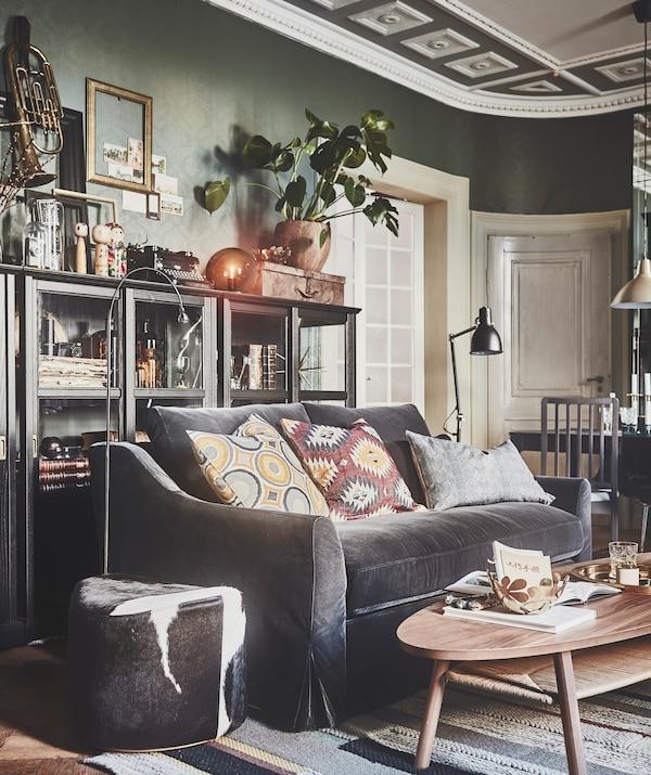 """Ins Wohnzimmer gehört ein bequemes, gemütliches Sofa, wie z. B. das IKEA FÄRLÖV 2er-Sofa mit Samtbezug """"Djuparp"""" in Dunkelgrau."""