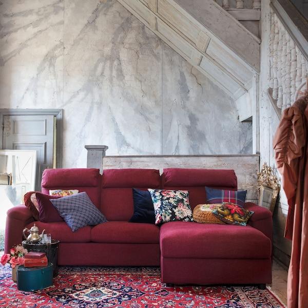 Installe-toi confortablement dans les canapés LIDHULT de chez IKEA, caractérisés par des dossiers hauts, un soutien pour la nuque, des accoudoirs moelleux et un large choix de housses et de combinaisons, comme ce modèle trois places rouge brun avec méridienne.