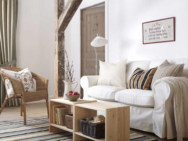 интерьер гостиной с белым диваном