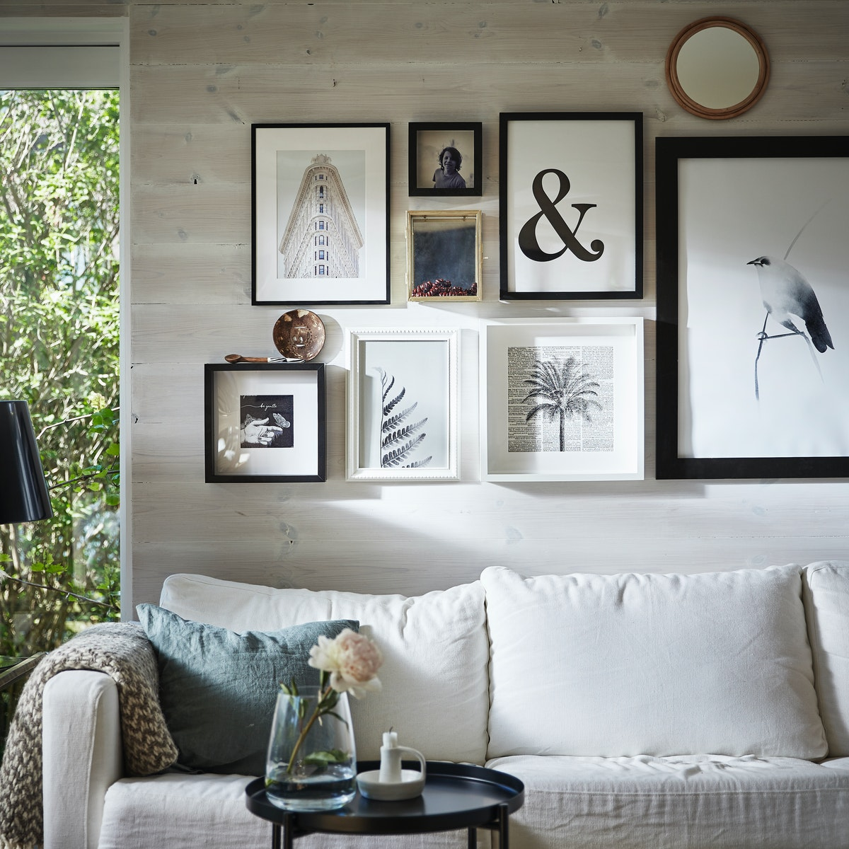 Интерьер гостиной с коллажом на стене 1