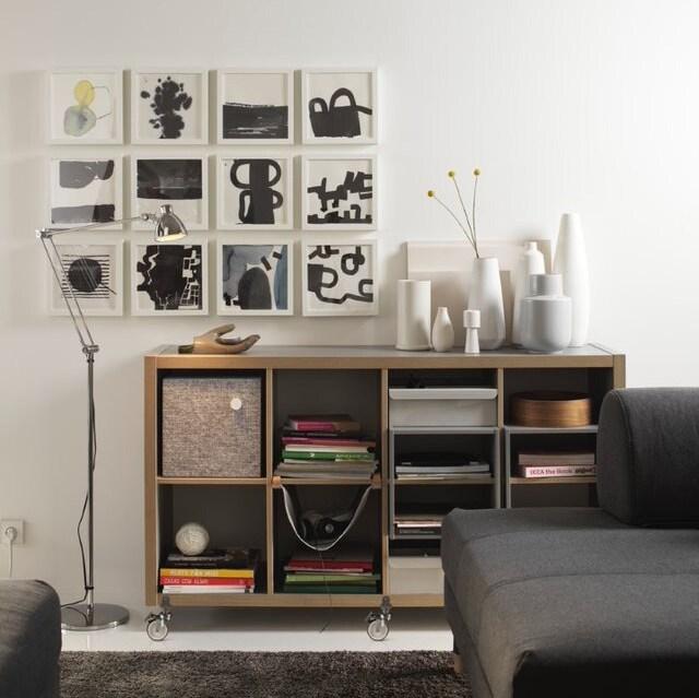 Интерьер гостиной с коллажом на стене 2
