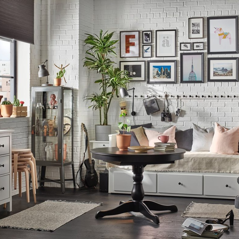 Интерьер гостиной с коллажом на стене 4