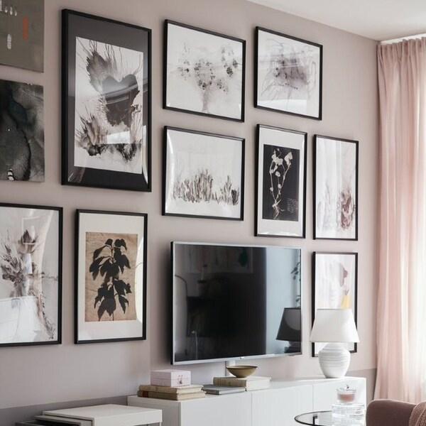 Интерьер гостиной с коллажом на стене 5