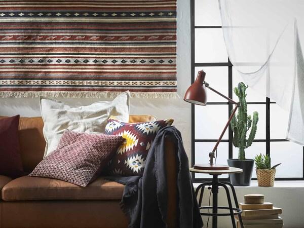 интерьер гостиной с ковром на стене