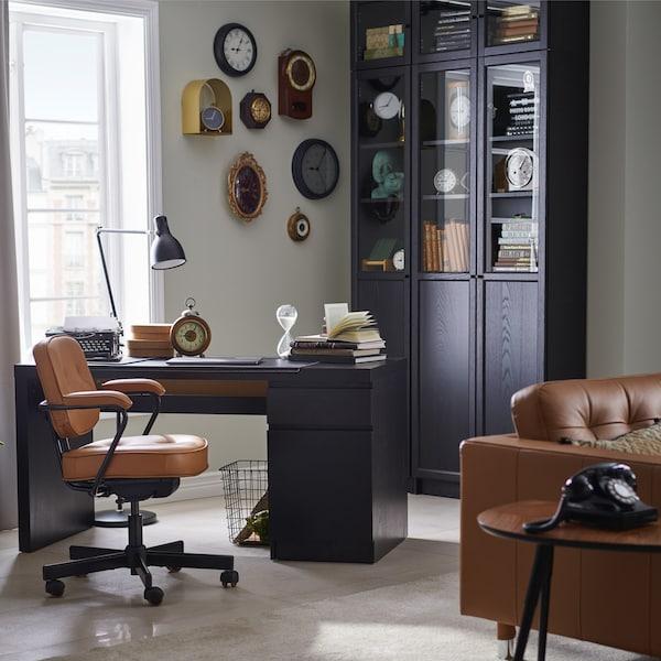 Интерьер кабинета с коллажом на стене 1