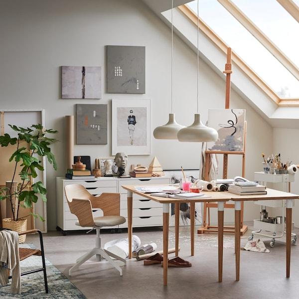 Интерьер кабинета с коллажом на стене 2